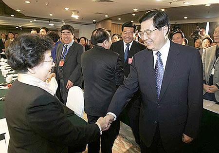 组图:胡锦涛看望民革台盟台联组委员并参加讨论