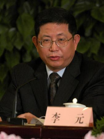 图文:李元在十届全国人大三次会议记者招待会上