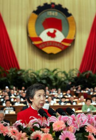 图文:伍淑清在政协十届三次会议二次全会上发言