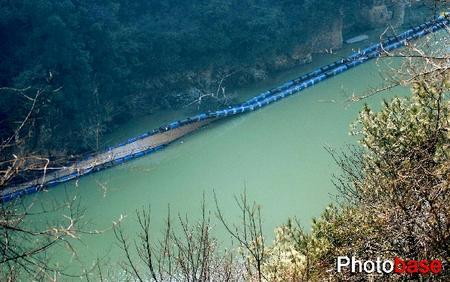 浙江临安浙西大峡谷景区浮桥侧翻致5人死亡(图)