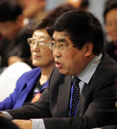 图文:中国工程院院士谢克昌在小组会上发言_新