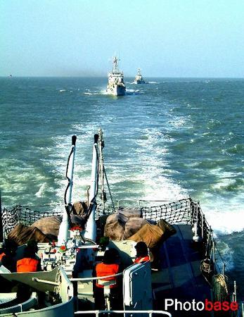 组图:东海舰队进行多种课目编队演练