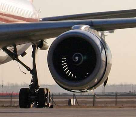 上航班机起飞出故障靠一台发动机迫降首都机场