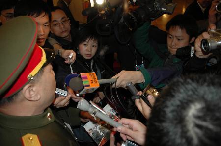 图文:解放军代表被记者围住采访