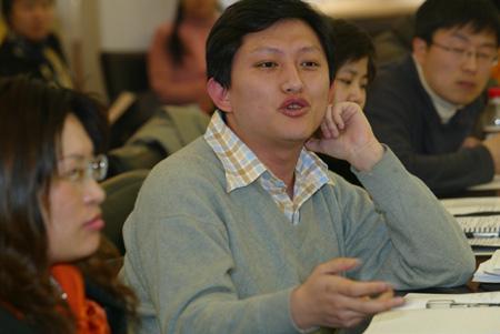 图文:中国新闻周刊记者杨中旭向学者提问