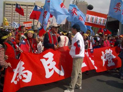 台新党支持者不满宋楚瑜缺席3-19游行当众切腹