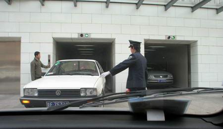 北京新秀水街大厦开业客货车未分流造成拥堵