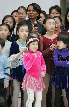 组图:赖斯观看中国花样滑冰小选手表演