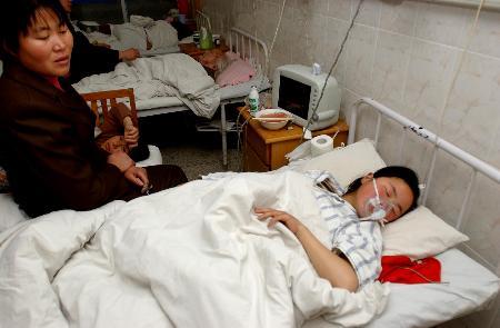 图文:中毒群众在解放军82医院接受治疗