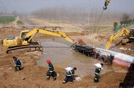 图文:抢险人员在液氯泄漏现场紧张排险