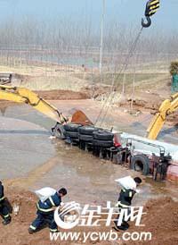 京沪高速液氯泄漏续:麦田变黄损失惨重