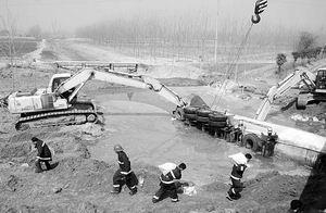 京沪高速液氯第二次泄漏部分工作人员受伤(图)