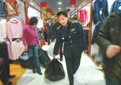 北京工商突击检查新秀水市场没收659件假名牌