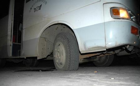 公交车轮胎被扎破