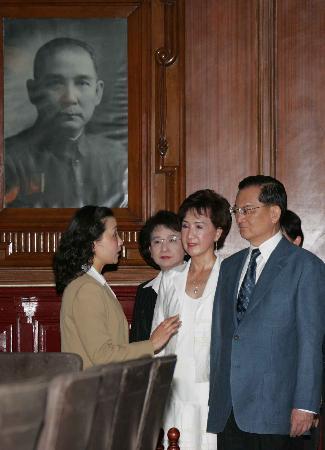 连战一行在南京参观民国时期的总统府