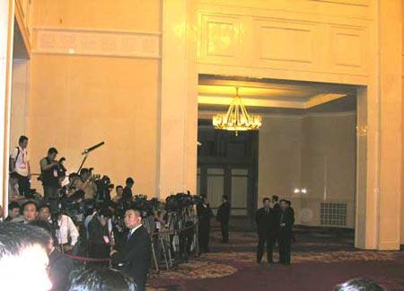 组图:记者云集人民大会堂等待连战一行现身