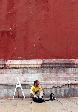 图文:一名外国记者在故宫围墙下等候采访连战