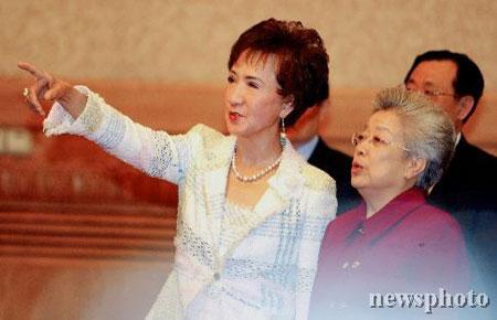 图文:连战夫人方�r与国务院副总理吴仪交谈