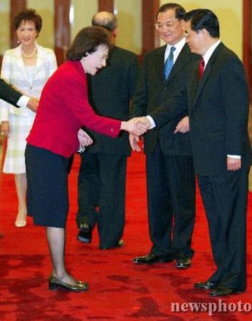 组图:胡锦涛与连战随行人员握手