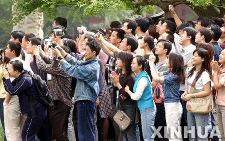 图文:各地游客在北京大学校园内欢迎连战