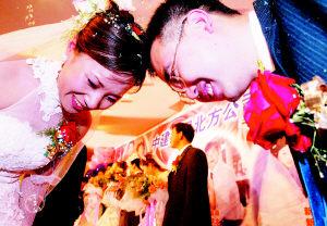 7对建筑工人在工地举办集体婚礼(图)
