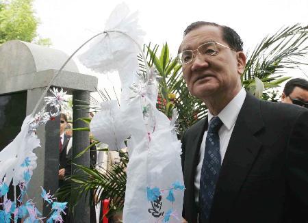 图文:连战在西安清凉寺祭扫祖母墓