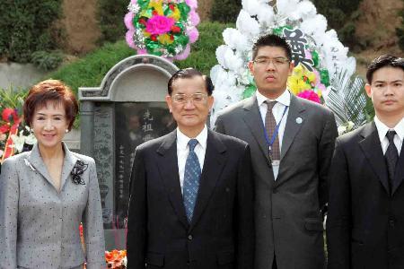 图文:连战夫妇和孩子在祖母墓前留影