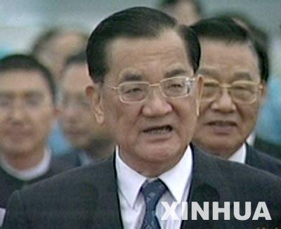 图文:连战在机场冒雨发表简短的讲话