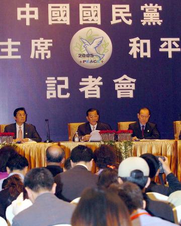 图文:连战在上海举行和平之旅记者会