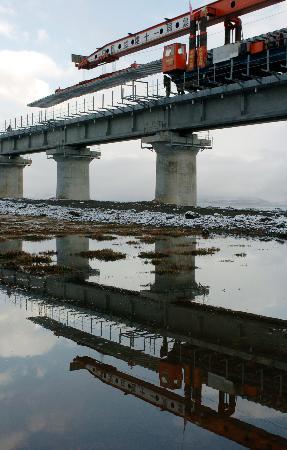 图文:[经济纵横](2)青藏铁路西藏境内最后一座特大环保桥铺轨成功