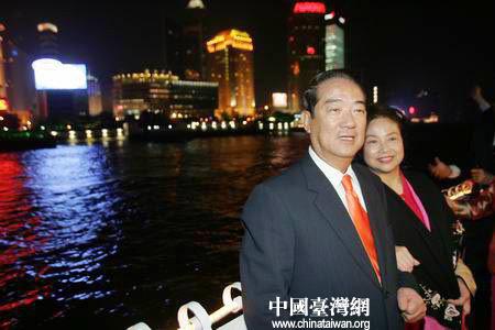 图文:宋楚瑜夫妇在黄浦江边合影留念