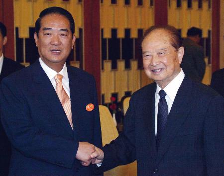 亲民党宋楚瑜一行与海协会长汪道涵会面(图)