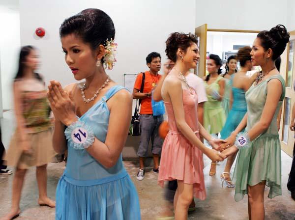 组图:泰国举行男扮女装选美大赛