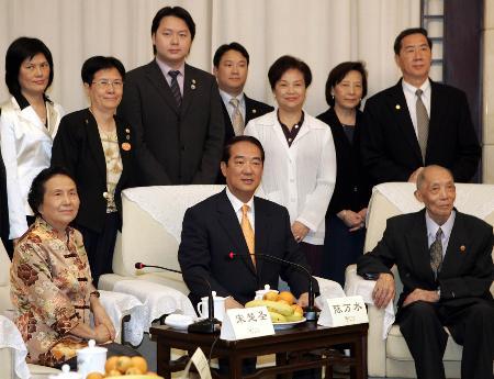 图文:宋楚瑜及家人与在大陆的表妹堂叔合影
