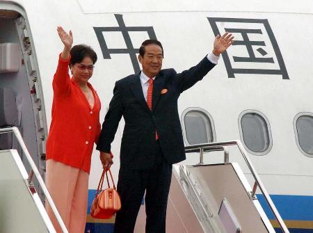 图文:宋楚瑜夫妇登上飞机向送行人群挥手告别