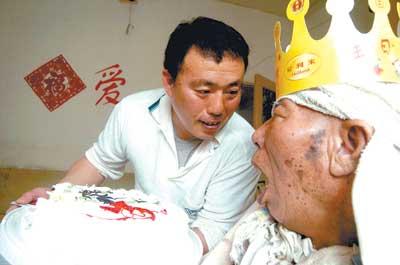 图文:46岁孝子为植物人父亲过81岁生日