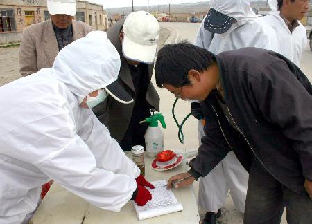组图:青海对禽流感疫区进行严密封锁和严格消毒