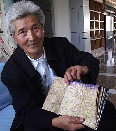 七旬翁展示日本侵华证据《东洋历史地图》(图)