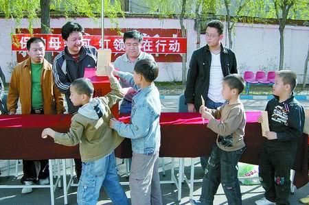 保护母亲河红领巾在行动(图)