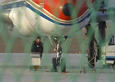 央视东方时空:敦煌机场小孩坠机事件调查