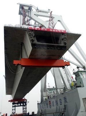 杭州湾跨海大桥首片巨梁架设成功
