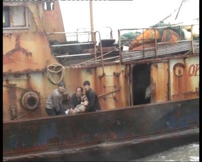 浙江海警救援负伤渔民