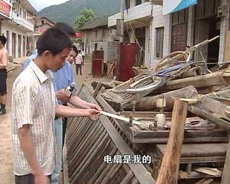 东方时空:记者采访洪灾重灾区湖南新邵县