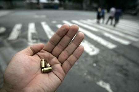 广州警察制止群殴遭袭击四次鸣枪对方仍不罢手