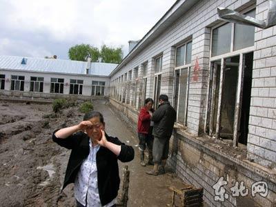 图文:黑龙江沙兰镇中心小学校长伤痛不已