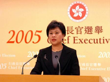 图文:朱芬龄宣布曾荫权当选香港新行政长官人选