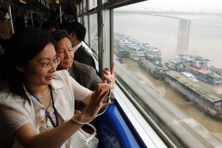 组图:我国首条跨座式单轨轻轨在重庆开通
