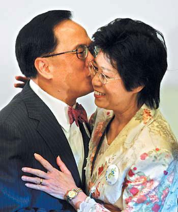 国务院正式任命曾荫权为香港特区行政长官