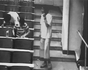 男子混进校园偷手机监控录像拍下全过程(图)