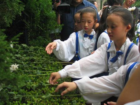 组图:少年儿童向遇难者献花